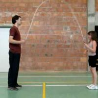 Rope Skipping 2people1 Handvat Onder Knie Doorgeven